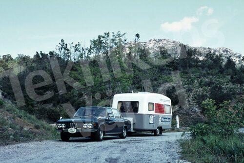 Bild 2. Förarna kände sig ofta som zigenare, ett resande folk. Här är Reines ekipage från 1969, komplett med sponsordekaler. Mått 50 x 35 cm.