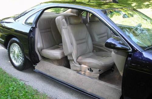 Nedfällbara dörrar på Lincoln Mark VIII Concept från 1993.
