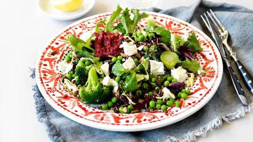 Recept på varm quinoasallad med broccoli, ärter, feta och rödbetshummus.