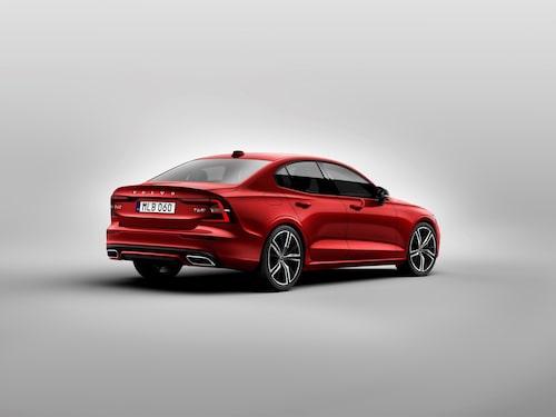 Nya Volvo S60 T6 AWD R-Design. Lägg märke till placeringen av registreringsskylten. Inte nere på stötfångaren som hos storebror S90.