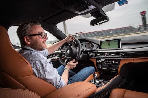 Grym bil på fantastisk bana. Läs allt om hur nya BMW X6 M är i kommande nummer av Teknikens Värld.