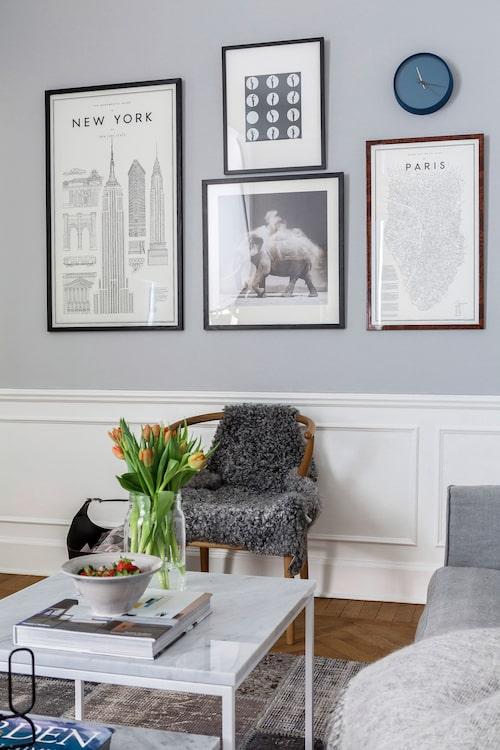 Den vackra höga sockelpanelen är original, och understryks genom sin vita färg, mot väggarnas grå.