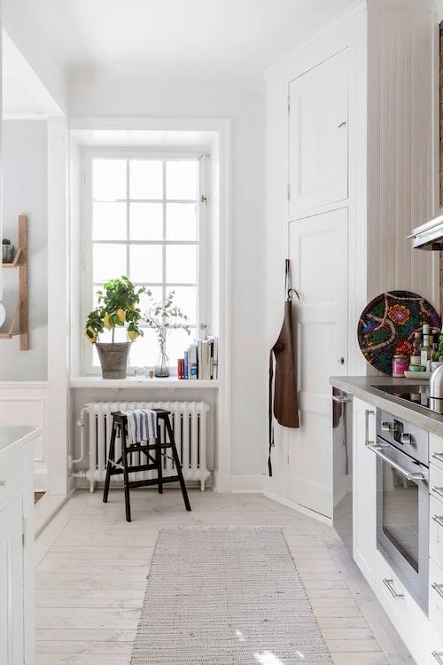 Både charmigt och praktiskt med hörnskafferiet i köket.