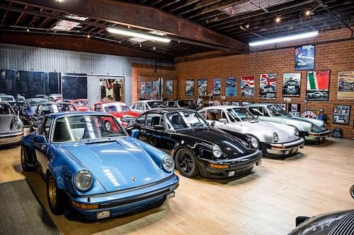 Den blå 911 Turbon från 1976 har körts i Europa. Det enda Walker gjort är att sänka den och montera bronsfärgade Campagnolo-fälgar.