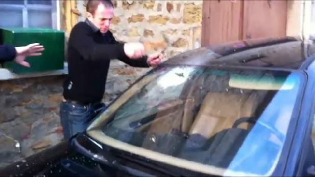 Glömt nycklarna i bilen, men vad gör han?