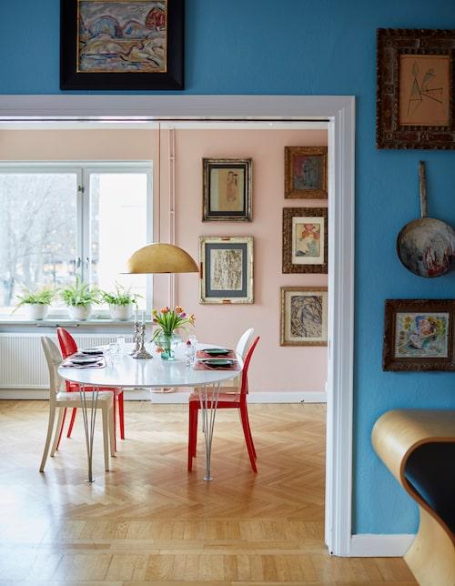 Matsalen är inredd med stolar från Kartell och bordet Superellips av Bruno Mathsson. Lampan är från Ikea men omgjord av Sanna med ny, färgad sladd och bladguld på skärmen.
