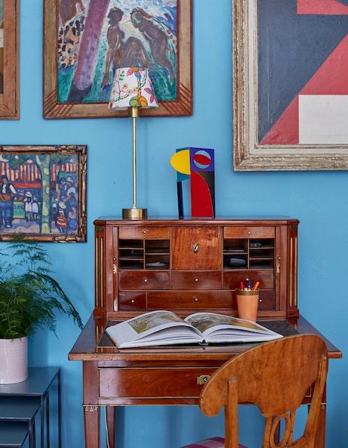 På det gustavianska skrivbordet från 1700-talets andra hälft står en skulptur signerad Lars Rolf från 50-talet.