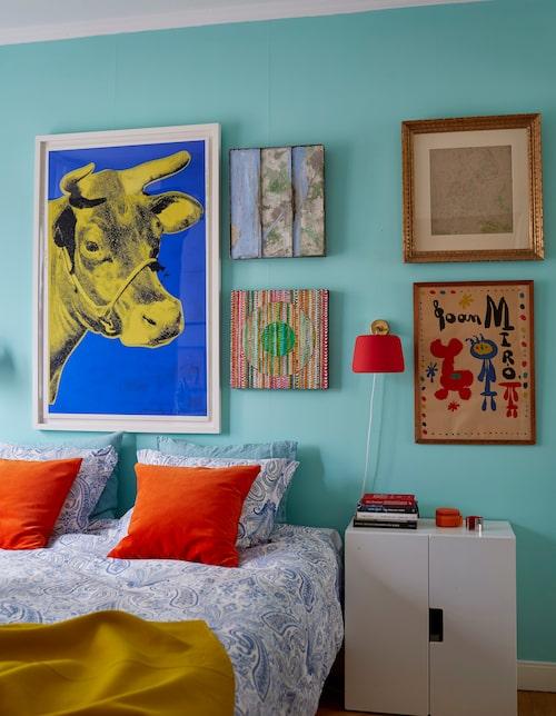 Även i sovrummet är konsten i fokus. Här samsas en Andy Warhol med ett tryck av Miró. Mitt emellan hänger en olja av Maria Liffner och ett verk Jan Håfström. Lakan med paisleymönster från Lexington.