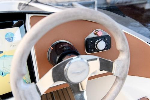 Knappar till höger om ratten ger snabbåtkomst till pekskärmen. Detaljkänslan är bra.