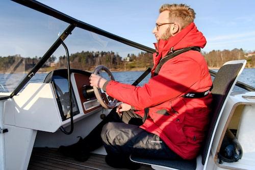 Körställningen är inte optimal och det går inte att stå och köra. Det behövs visserligen inte eftersom båten aldrig stampar i vågorna.