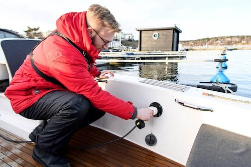 Båten har Typ 2-kontakt men kan bara laddas med upp till 3,7 kW. Starkare ombordladdare är under utveckling.