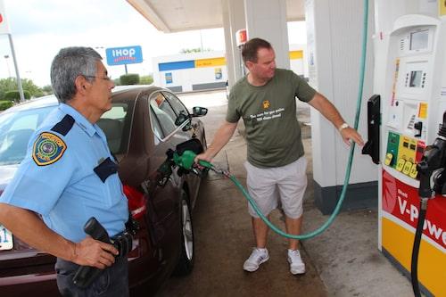 Uppfyllningen av 73,2 liter diesel i tanken övervakades av lokala poilskonstaplar.