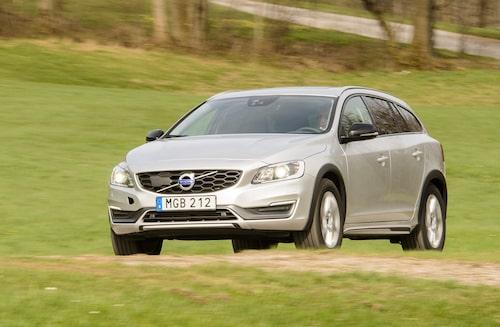Volvo, här illustrerad i form av V60 Cross Country, har fått kliva ned från begagnattronen, åtminstone under kvartal ett 2019.