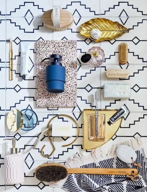 Moodboard av fina accessoarer sätter stilen för hela badrummet. Kakel från Marocko, här Aztec milk/kohl. Träborstar från Hydréa och bladskål i mässing från Broste Copenhagen. Terrazzobricka från H Skjalm P, rosa tandborstglas och blå tvålpump, Mette Ditmer. Handduk från Magasin, rosa tvålpump och parfymflaska, H&MHome, nagelborstar, Maraki, liten mässingsbricka, Aytm.