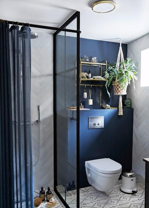 Ett litet exklusivt spa-universum öppnar sig när man öppnar dörren till det nybyggda badrummet i Anittas radhus. Kombinationen av det marockanska kaklet, den matta, mörkblå väggen och mässingsdetaljer ger en lyxig stämning av spa och välbefinnande.