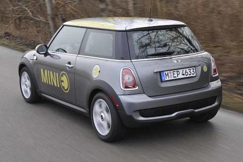Alla 500 Mini E lackas i grått och silver med gul dekor. Avgasrör saknas givetvis.