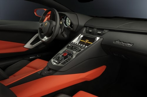 Det röda locket döljer startknappen! Menysystemet är en Audi MMI-kopia.