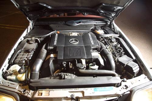 Ett virrvarr av sladdar och slangar men allt ryms under snyggt formgiven toppkåpa – modernt så det förslår. Femliters V8-motor är aldrig ansträngd.