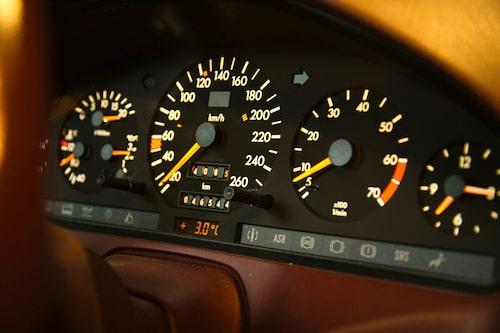 Mercedes nya bilar som kom under 1980-talet var i det närmaste övertydliga när det gällde ergonomi och avläsberhet. Konkurrenterna var akterseglade.
