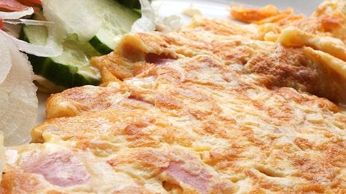 Den klassiska omeletten med ost och skinka