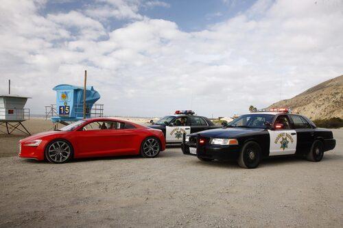 Helt plötsligt stoppas vi av tre polisbilar. Men de ville bara titta närmare på bilen ...