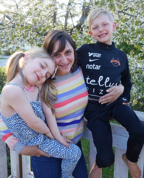 mamas feature-redaktör Lisa Nylén med barnen Nina och Axel.