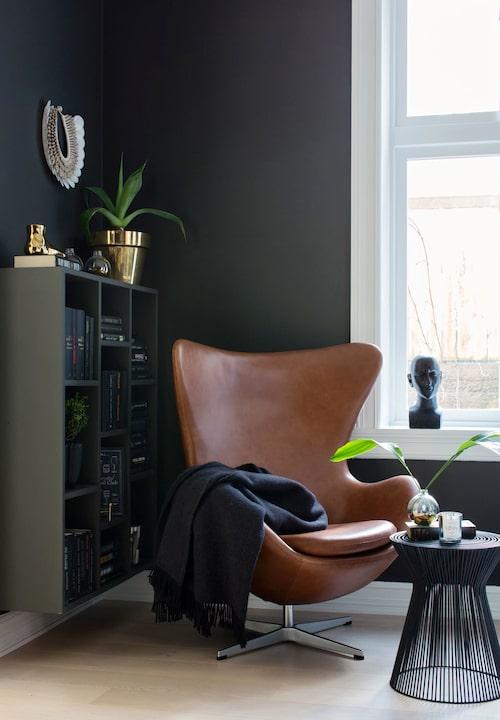 Fåtöljen Ägget av Arne Jacobsen är en av få möbler som behölls när lägenheten renoverades. Färgen på skinnet gör sig fint till de mörka