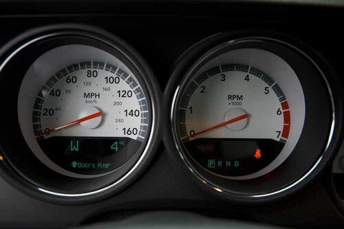 Hastighetsmätare i både miles och kilometer.