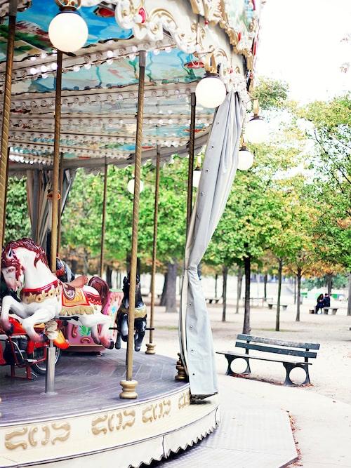 Åk karusell i Luxembourgträdgården.