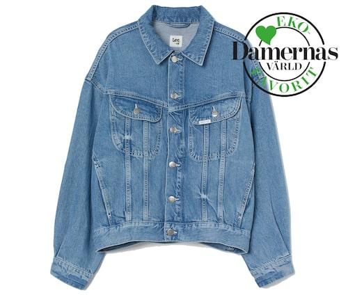 Blå jeansjacka våren 2021 för dam.