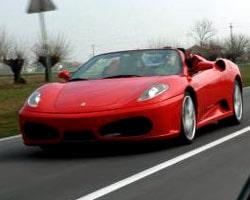 """PeO känner sig som en vinnare i """"sin"""" Ferrari."""