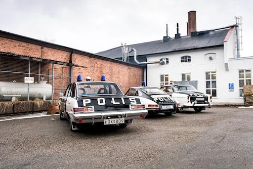 På polismuseets gård omsluts bilarna av ett kraftigt kaffeos. I det vita huset ligger ett kafferosteri.