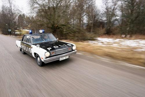 """Chrysler-koncernens """"slant-six"""" var känd som i princip outslitlig. Smeknamnet kommer sig av att den monterades med 30 graders lutning. Detta för att få plats med grenröret under första Valiant-generationens låga motorhuv. Valiant fanns också med en 3,7 liters sexa och V8 på som mest 360 kubiktum, 5,9 liter."""