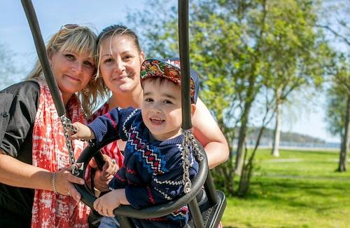 Tack vare sin storasyster Lindas livmoder kunde Lolita (t h) bli mamma till Cash-Douglas.