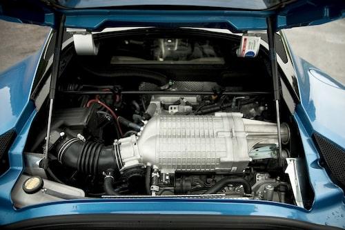 Lotus Evora S har en V6:a från Toyota på 3,5 liter. Med kompressormatningen når den upp i 350 hästkrafter.