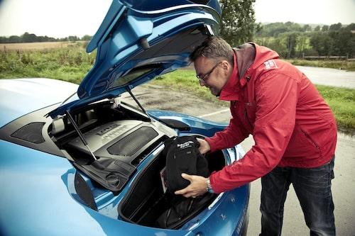 Hans Hedberg packar Lotus Evora S med så mycket som får plats, nämligen 160 liter.
