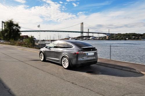 """Designad av amerikanen Franz von Holzhausen (även bl a VW """"Concept One""""). Model X är stiligt pråper."""