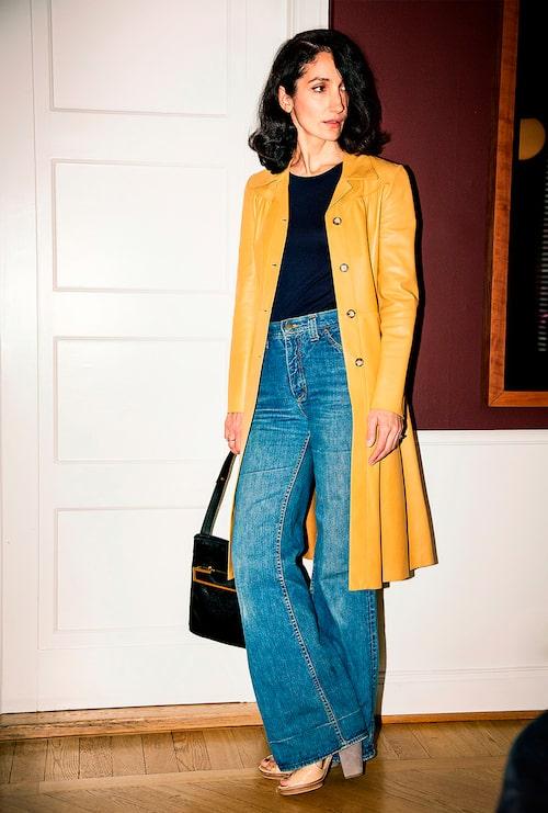 """""""Skinnrock från Prada, jerseytopp från Uniqlo, jeans från Lee, väska från Versace och sandaler från DKNY."""""""