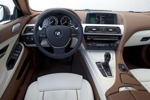 – I augusti börjar leveranserna av 650i med 450 hästkrafter som då kostar 918 000 kronor eller 953 000 kronor med xDrive. xDrive till 640-bilarna kommer i mars 2013.