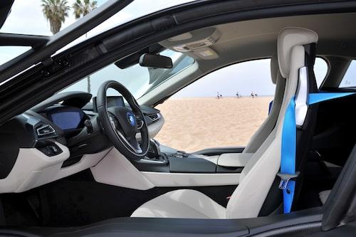 Saxdörrarna gör insteget mindre enkelt. Väl inne bakom ratten är det konceptlikt men ändå BMW.