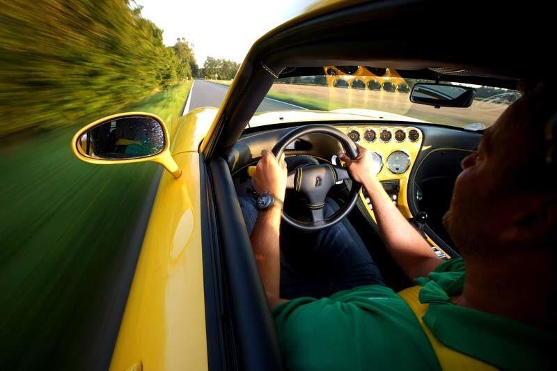 Lätt kaross och chassi tillsammans med V10-motor från BMW M5 säger allt. Wiesmann GT MF5 är inget annat än ruskigt snabb!