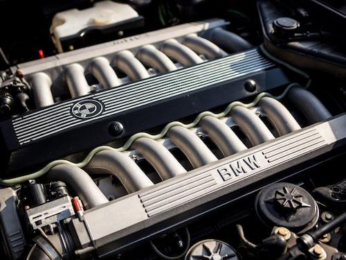 1, 2, 3, 4, 5, 6, 7, 8... på varje sida. En V16-motor med andra ord. 60 grader mellan cylinderbankarna.