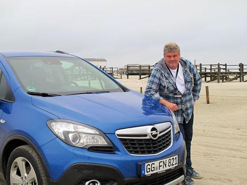 """När det var dags för det obligatoriska """"Vi var där""""-fotot fick Opel skaka fram en blå bil eftersom Jonas ville att bilen skulle matcha hans skjorta."""