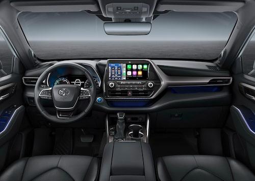 Highlander bjuder på typisk Toyota-interiör. Skärmen i mitten är i största utförandet 12,3 tum stor.