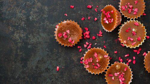 Hallon ger en fruktig och frisk smakbrytning i knäcken, och hasselnötterna gör att den smakar som nötkola.