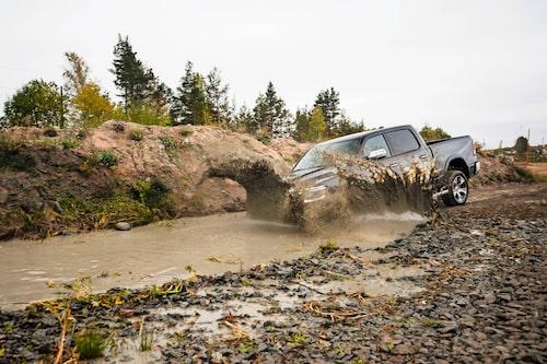 Dodge Ram räds inte för lite vatten. Kör inte för djupt bara.