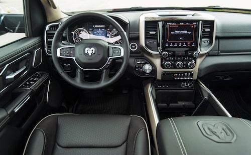 Modern interiör med massor av knappar och reglage som man snabbt kan vänja sig vid.