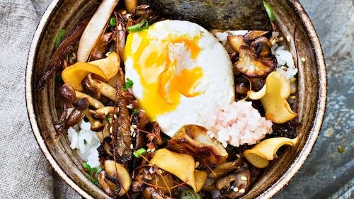 Recept av Frida Ronge på shirashi sushi med pocherat ägg och svamp.
