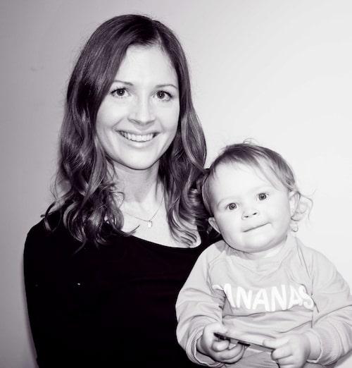 mamas skönhetsredaktör Carin Carlgren och dottern Stella, snart 2 år, tipsar om sina sommarfavoriter i necessären.
