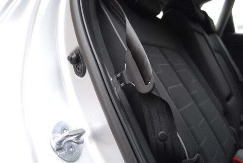 Säkerhetsbältet är inte längre i vägen när man fäller sätena. Det hakas fast i ett hål i sidan.